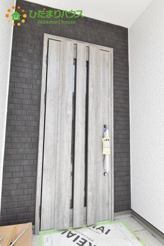 白い外観に対し、玄関ドアがグレーなので 一気にイメージがしまってシックなイメージになります☆