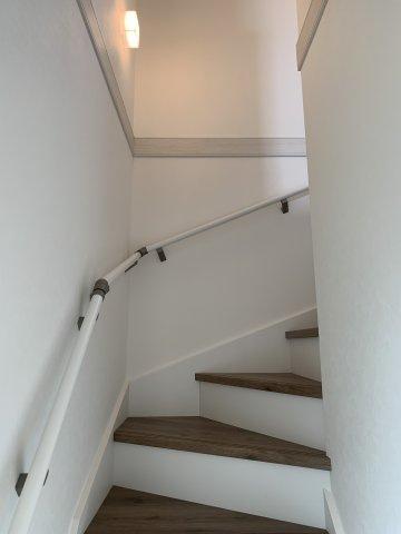 白を基調とした明るい階段となっています。