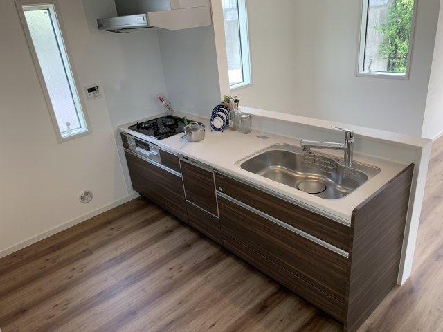 木目調のデザインで統一されており、シックな雰囲気のあるキッチンです。