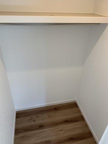 ※1階洋室のウォークインクローゼット内部
