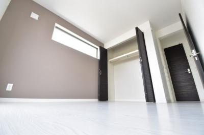 アクセントクロスがワンポイントの主寝室。2面採光で気持ちの良い光が部屋中に差し込みます。