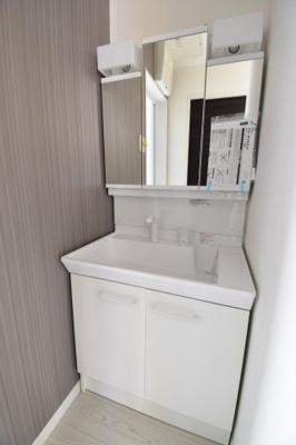 3面鏡付きの独立洗面台。フチなし洗面ボウルや可動式のシャワーヘッドで使いやすくお手入れもしやすい!