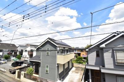 2階建てが建ち並ぶ閑静な住宅街です。高い建物が無いので陽当たりはもちろん心地の良い風が吹き込みます。