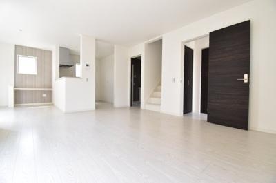 約17.7帖のゆとりあるリビングスペース。白を基調とした明るい空間に。家具の配置もしやすいです。
