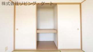 和室にも収納あります。棚があるので整頓しやすいですね。