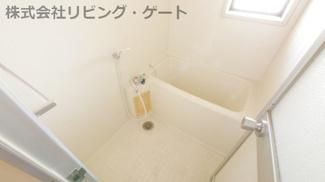 お風呂には窓が付いています
