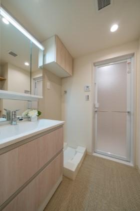 エフローレ日本橋:三面鏡が付いた明るく清潔感のある洗面化粧台です!