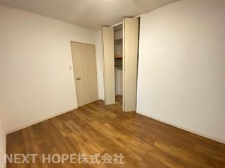玄関横の洋室6帖です♪独立した居室なので、在宅ワークのお部屋としてもいいですね(^^)