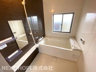 新品の浴室ユニットバスです♪一日の疲れを癒してくれます!窓もあるので換気も十分にでき、カビ対策にもなりますね♪