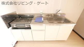 綺麗なキッチンです。切るスペースもしっかりあります。