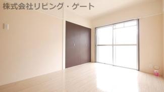 リビング横の洋室6帖。明るいお部屋ですね。