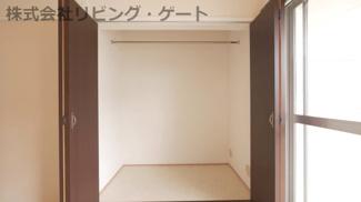 こちらのお部屋もクローゼットがあります。服も掛けれますね。