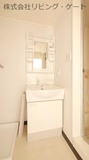 嬉しい独立洗面台。鏡の両端に棚があります!