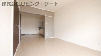 広めの12帖リビングです。お部屋もシンプルでかっこいいですね。
