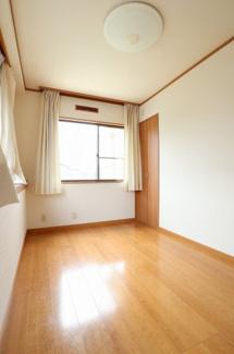 2階の6帖の洋室を別角度から撮影。