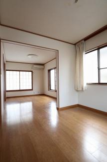 2階の約10.5帖の洋室です。売主様が居住中に2部屋を大きな1部屋にリフォームしています。