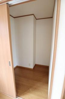 2階の約10.5帖の洋室にある広めの収納です。