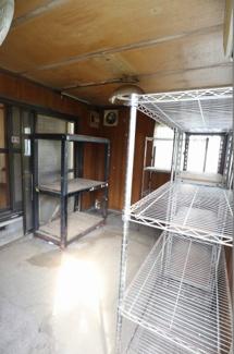敷地内に大き目な物置があり、売主様は熱帯魚ルームとして利用していました。