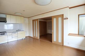 1階のダイニングキッチンです。約10.5帖あります。部屋の南西側から撮影。