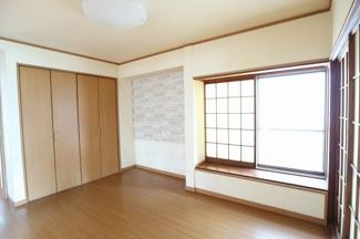 1階のリビングです。売主様が居住中に和室から洋室にリフォームをしています。そのため床の間の名残りがあります。