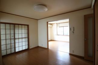 1階のリビングです。ダイニングキッチンと直接アクセスでき、空間を広く利用できます。