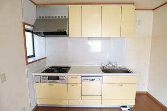 3口のガスコンロ、食洗器のあるシステムキッチンです。