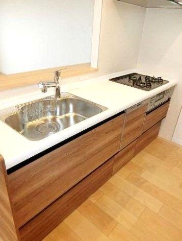 お料理しやすいキッチンです キッチンスペースは十分な広さで冷蔵庫や食器棚などもスッキリ置けます 家事の時間を有効活用できる食洗器付きです