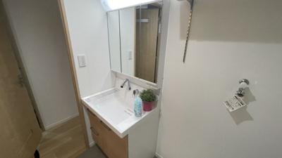 明るい独立洗面台です。
