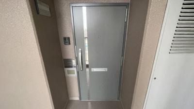 玄関扉です。少し窪んでいるので室内が見えにくくなっています。