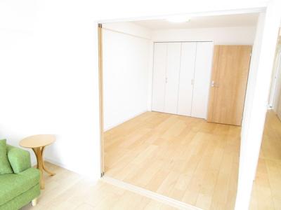 リビングに隣接する洋室♪リビングから洋室の様子が一目でわかり、お子様のお部屋に、多目的ルームにもぴったりです♪無機質な壁面でない開放感ある仕様となっています。