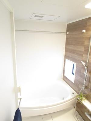 木目調のコントラストを兼ね備えたバスルームは高級感があり、落ち着きます。バスルームは1418サイズでゆったり入浴できます。毎日の疲れも癒せます