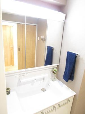 空間に隙間なくぴったりと収納された洗面化粧です♪お掃除がしやすい作りとなっています。広い3面鏡は朝の忙しい身支度も楽々です。充実した収納を兼ね備えています♪