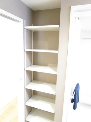 バスルーム横に便利な収納スペース!