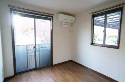 バルコニーに繋がる南西向き洋室5帖のお部屋は陽当り・風通し良好!エアコン付きで1年中快適に過ごせますね♪