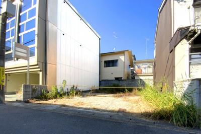 向かって右側に駐車スペースがあり6台駐車が可!セット価格4480万円《セット土地面積157.9㎡》