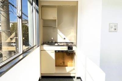《2階:事務所スペース》約25.7帖の事務所フロアは広々としています。窓が多く2面採光で陽当り良好!