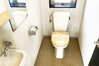 トイレや給湯スペースもある事務所内です。