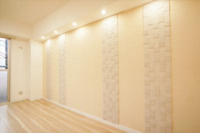 リビングの壁のエコカラットがおしゃれな空間を演出しています。