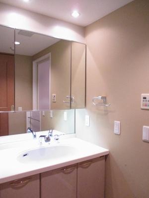 ワイドな洗面化粧台の鏡は3面鏡裏がキャビネットになっており、化粧品やグルーミング用品もスッキリ収納できますね♪