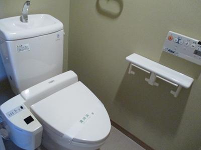 トイレ:温水洗浄便座付き!!壁掛けワイヤレスリモコンで操作しやすいですね♪