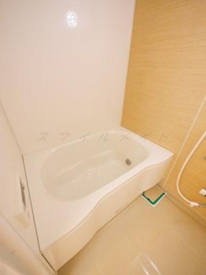 一日の疲れをとる清潔感のある追炊付きのバスルームです。