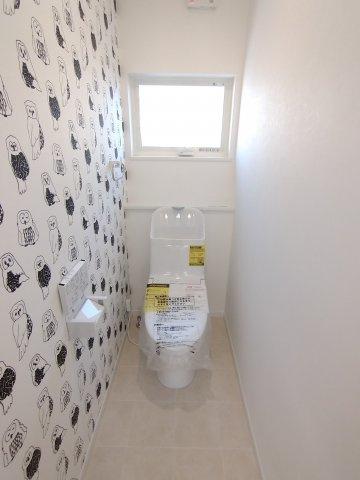 三面鏡タイプの洗面台。鏡裏や下部に大容量収納スペース。コンセント付。支度がスムーズにできます♪