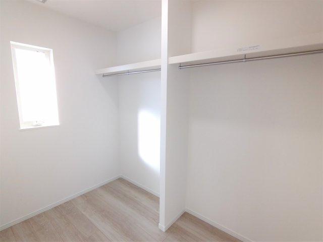 2F洋室。前日2面採光で日当たり・風通し良好♪全居室LED照明、カーテンが付いてきます♪