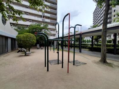 マンション敷地内にはベンチのある広場がございます。