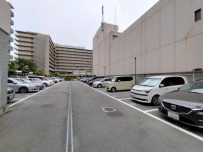マンション敷地内には平面駐車場がございます。