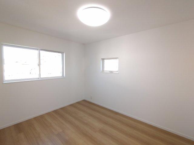 2F洋室。2面窓採用で日中は明るい空間に♪風通しも良く、十分な換気ができます!子供部屋にピッタリ!