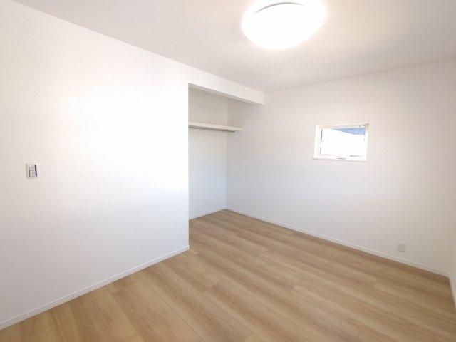 クローゼットの扉が無いので常に中身が見え自然と片付けの意識が高まります。家具の配置がしやすいのも魅力です♪