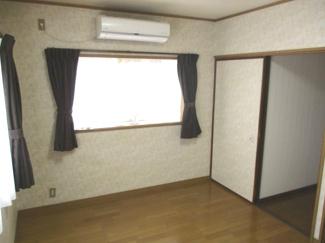 こちらのお部屋も南側からよく日が入ります。
