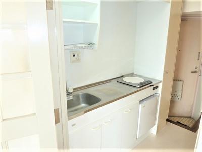 広いキッチンでミニ冷蔵庫も付いてます