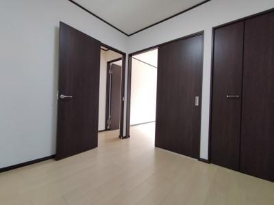 洋室(4.48帖)全室と繋がり各部屋との動線もスムーズですね♪